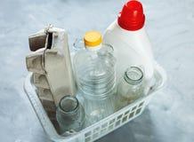 Olika avfalls som är klara för återanvändning i den vita korgen arkivbilder