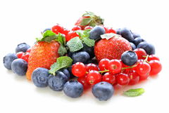 Olika bär - jordgubbe, vinbär, blåbär Royaltyfri Bild