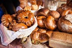 Olika bageriprodukter i materiel Bullar bröd, baglar arkivfoto