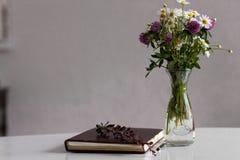 olika blommor för bukett Arkivbilder