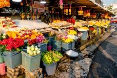 Olika blommor och girlander i hink och girlander på en blomsterhandlare royaltyfri fotografi