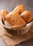 Olika bröd och öron av vete arkivbild