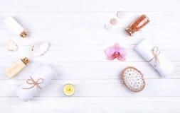 Olika brunnsort-, sk?nhet- och wellnessprodukter: kr?m balsam, havet saltar i glasflaskor, handdukar, massageborste royaltyfria bilder
