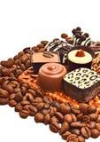 Olika chokladsötsaker och kaffekorn Royaltyfri Foto