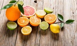 Olika citrusfrukter på trä Arkivbild
