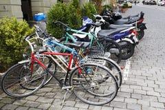 Olika cyklar och mopeds i Bern Royaltyfria Bilder