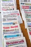 Olika dagstidningar från England på en kiosk i London Royaltyfria Bilder
