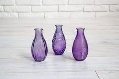 Olika dekorativa vaser i en studio Arkivfoto