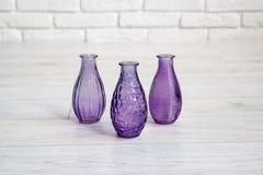 Olika dekorativa vaser i en studio Arkivfoton