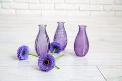 Olika dekorativa vaser i en studio Arkivbilder