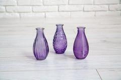 Olika dekorativa vaser i en studio Royaltyfria Foton