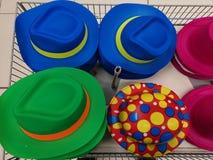 Olika designer för färgrika hattar i en korg royaltyfria foton