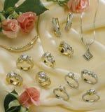 olika diamantsmycken Arkivfoton
