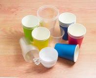 Olika disponibla plast-koppar och pappers- koppar i olikt Co Arkivbild