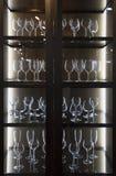 Olika dricka exponeringsglas i skåpet Arkivfoton