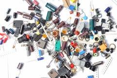 Olika elektronikdelar och delar arkivbilder
