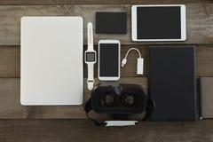 Olika elektroniska grejer på träyttersida Fotografering för Bildbyråer