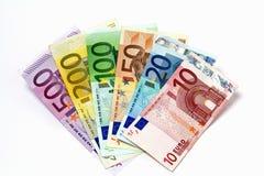 Olika eurosedlar som ordnas på en tabell Royaltyfri Fotografi
