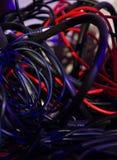 Olika färger av tilltrasslade kablar i oordning royaltyfri foto