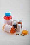Olika färgläkemedelflaskor och preventivpillerar Arkivfoto