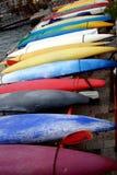 Olika färgrika kanoter på fastlandet royaltyfri bild