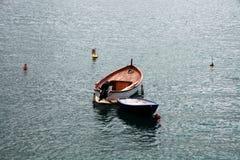 Olika färgrika kanoter på fastlandet royaltyfri foto