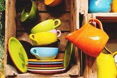 Olika färgrika koppar och plattor på fransk marknad Arkivbild