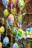 Olika färgrika målade påskägg på trädet på den traditionella europeiska marknaden Fotografering för Bildbyråer