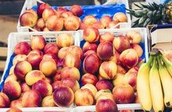 Olika färgrika nya frukter i fruktmarknaden, Catania, Sicilien, Italien royaltyfria bilder