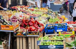 Olika färgrika nya grönsaker i fruktmarknaden, Catania, Sicilien, Italien fotografering för bildbyråer