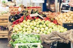 Olika färgrika nya vegetablesandfrukter i marknaden av Catania, Sicilien, Italien arkivbild
