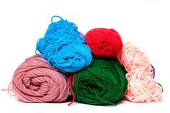 Olika färgsilketrådar Arkivfoton