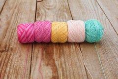 Olika färgtrådar Arkivfoton