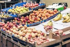 Olika f?rgrika nya frukter i fruktmarknaden, Catania, Sicilien, Italien royaltyfria bilder