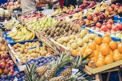 Olika f?rgrika nya frukter i fruktmarknaden, Catania, Sicilien, Italien arkivbilder