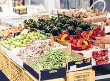 Olika f?rgrika nya gr?nsaker i fruktmarknaden, Catania, Sicilien, Italien royaltyfria foton