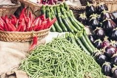 Olika f?rgrika nya gr?nsaker i fruktmarknaden, Catania, Sicilien, Italien royaltyfri fotografi