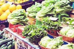 Olika f?rgrika nya gr?nsaker i fruktmarknaden, Catania, Sicilien, Italien royaltyfri bild