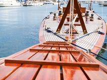 Olika fartyg som förtöjas i hamnen Arkivfoton
