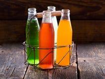 Olika flaskor av fruktfruktsaft Arkivfoto