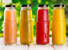 Olika flaskor av fruktsaft Royaltyfri Fotografi