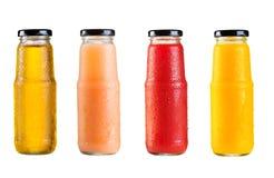 Olika flaskor av fruktsaft Arkivfoto