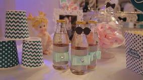 Olika flaskor av fruktsaft på tabellen Buteljerade drinkar för gäster på partiet glasflaskor med drinkar buteljerade stock video