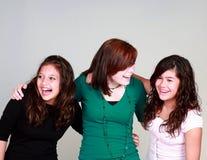 olika flickor grupperar att skratta Arkivbild