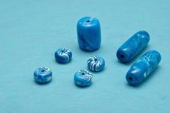 Olika format av blåa pärlor fotografering för bildbyråer