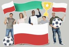 Olika fotbollsfan som rymmer flaggan av Polen Arkivfoto