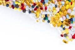 Olika färgrika läkarbehandling och preventivpillerar med kopieringsutrymme Royaltyfria Foton