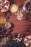 Olika frukt och kryddor på den röda trätabellen Begrepp av orientaliska frukter royaltyfri fotografi