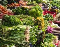 Olika frukter och grönsaker på marknaden i Thailand Royaltyfri Fotografi