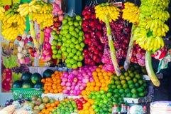 Olika frukter på den lokala marknaden i Sri Lanka arkivfoton